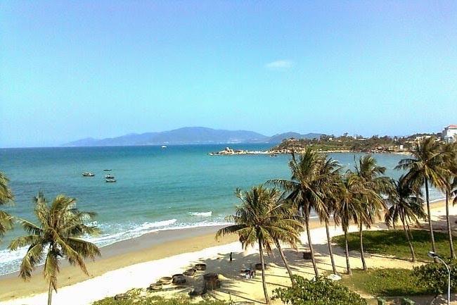 Đi bộ trên bãi biển Sầm Sơn để có không gian thư giãn nhất