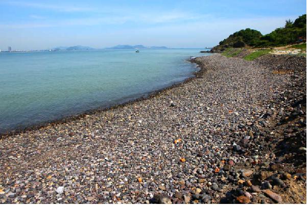 Đến đảo ngư ngắm những bãi sỏi trải dài