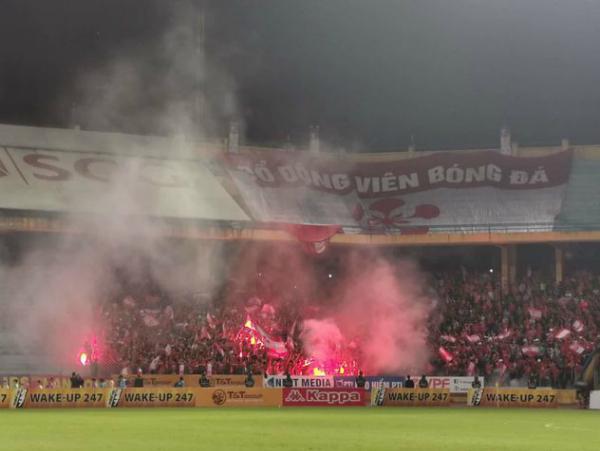 Hà Nội FC chiến thắng Hải Phòng trong một trận đấu ngập tràn pháo sáng